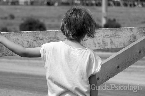 Il bambino sente il divario tra la sua famiglia e quella affidataria, verso cui sorgono e sentimenti di colpa e di inadeguatezza. Foto: Morguefile.com