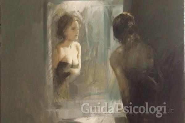 Donne allo specchio: come l'immagine riflessa è problematica per le donne